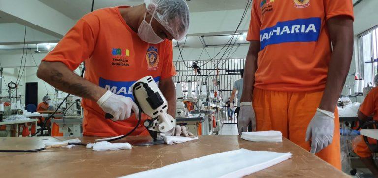 Detentos do Maranhão fabricando máscaras