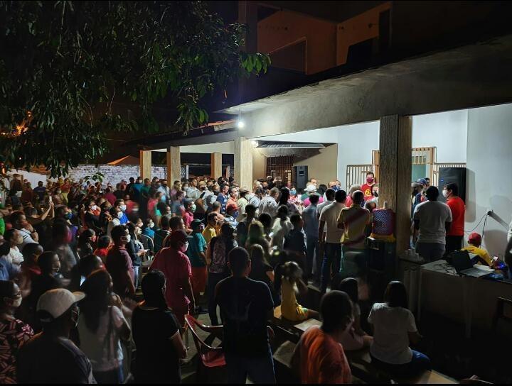 Centenas de pessoas reunidas na cada da prefeita de Matinha