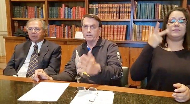 Presidente Jair Bolsonaro durante live semanal ao lado de Paulo Guedes