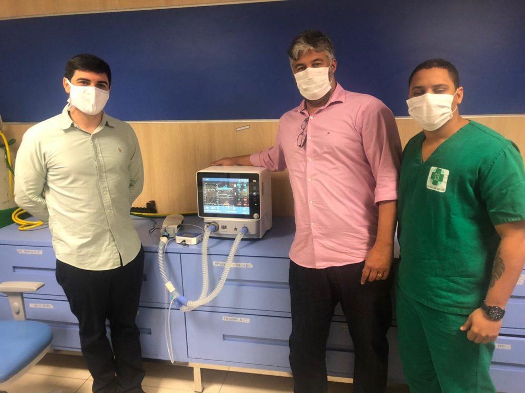 Técnicos da Suzano com respirador doado ao Governo do Maranhão