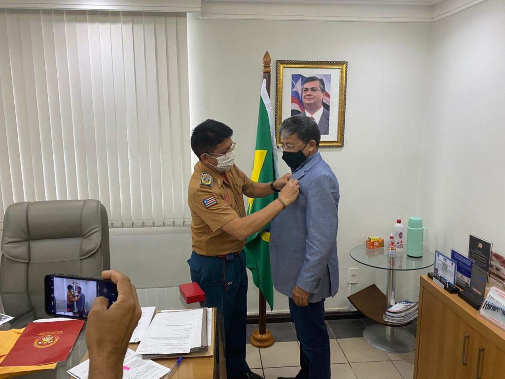Carlos Madeira sendo condecorado