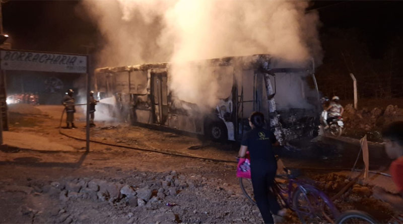 Ônibus incendiado por bandidos em Imperatriz