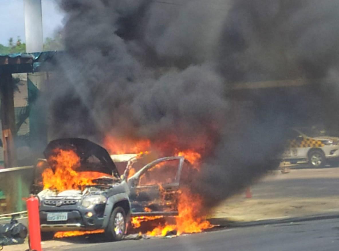 Carro incendiado em São Luís