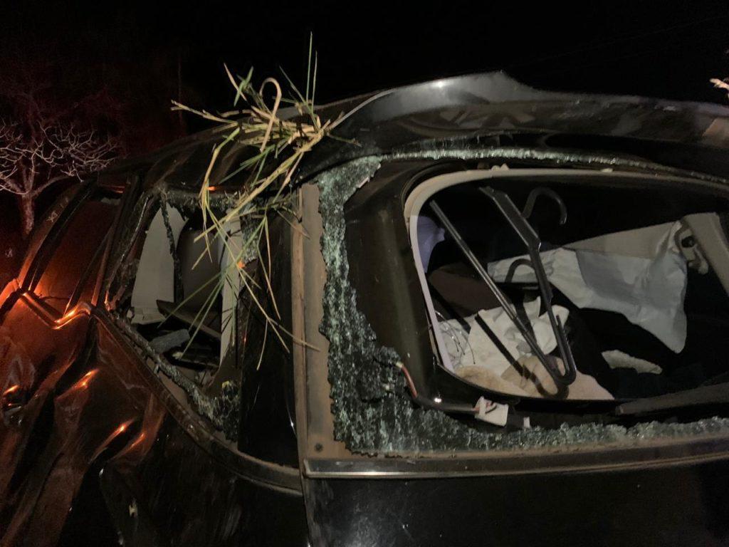 Veículo ficou destruído após capotar