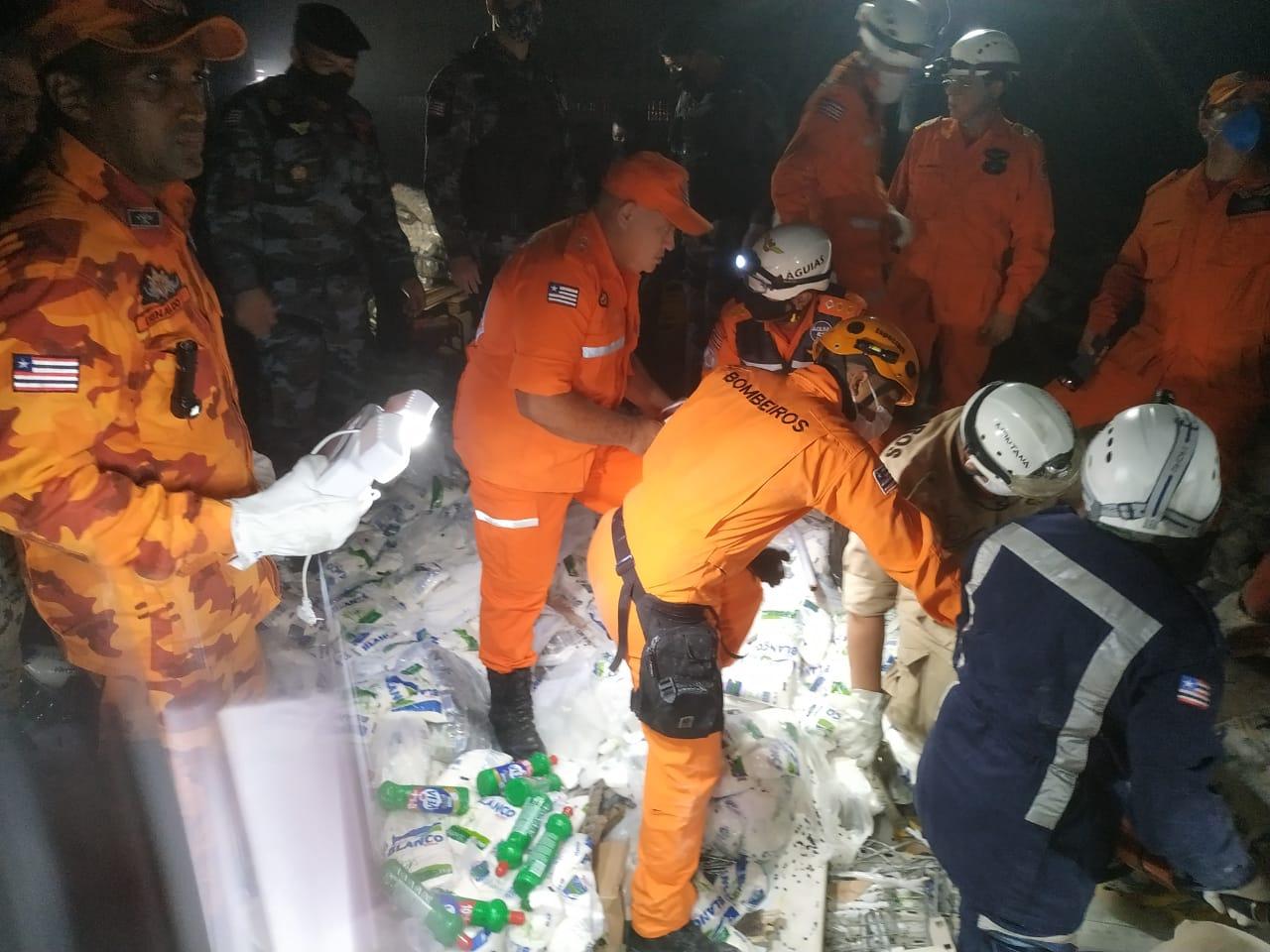 Militares e socorristas trabalham no resgate às vítimas
